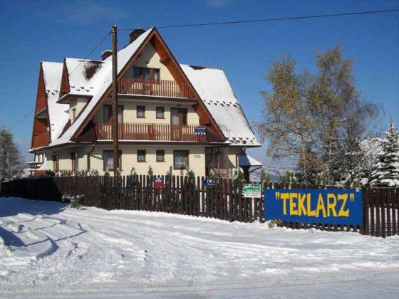 Pokoje Gościnne Teklarz - budynek zimą