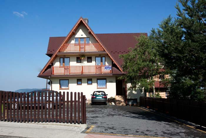 Pokoje Gościnne Teklarz - budynek i parking